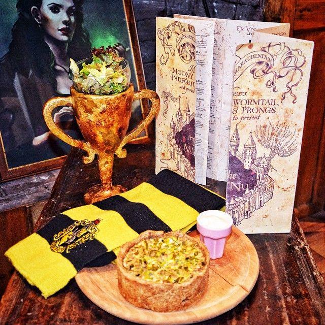 Helga Hufflepuff's Cup   Γεύση: Τάρτα µε αλεύρι ολικής άλεσης, γεµισµένη µε µοσχαρίσιο κιµά, πράσο, κρεµµύδι και γραβιέρα Στοιχεία: To κύπελλο δηµιουργήθηκε από την ίδια την Χέλγκα Χάφλπαφ, µια απ'τους τέσσερεις ιδρυτές του Χόγκουαρτς. Στο βιβλίο περιγράφεται ως ένα λαµπερό χρυσό κύπελλο µε δυο χειρολαβές σε κάθε µεριά και έναν ασβό -το σύµβολο του κοιτώνα- χαραγµένο στην επιφάνειά του. Είχε µαγικές ιδιότητες και υπήρξε πεµπτουσιωτής του Βολντεµορτ.