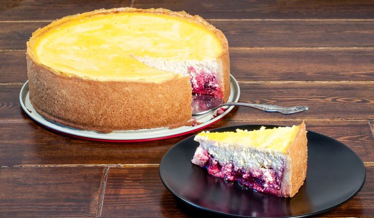 Rezept für einen leichten Low Carb Kirsch-Käsekuchen: Der kalorienarme Käsekuchen mit Kirschen wird ohne Zucker und Getreidemehl gebacken. Er ist kohlenhydratarm ...