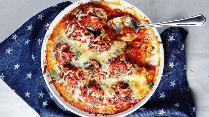 Digg! Kjøttboller i tomatsaus med smeltet mozzarella er kosemat som alle kan like. Kjøttbollene blir ekstra gode når du baker dem i ovnen med hjemmelaget tomatsaus og gratinerer mozzarella over.    Oppskrift av Mette Lindgren / Myfoodpassion.net