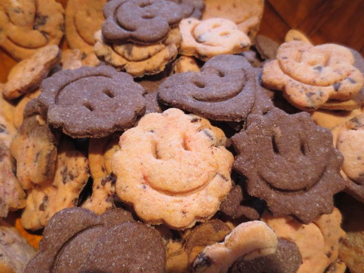 (: smiling cookies :) - easy to made the 'press' for the 'mouths' by carving the pet bottlecap (with scissors), the 'eyes' were added simple with the end of a spoon, #homemade biscuits press