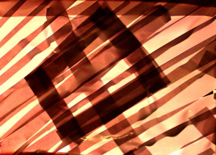 «К сведению трудящихся» 3 Тех. оснащение (скотч цветной, зеркальный, оргстекло, провод, лампочка, стол, торшер, направляющие – деревянные бруски, клей, 220, деревянная палка, темная ткань, нож для стекла, ножницы, нож, основа – лист фанеры, пила, ножовка по металлу)  Последовательность операций: Делаем сюжет, пилим основу, режем стекло ножом для стекла. Клеим скотч на стекло, клеим стекло к направляющим и все это – к основе, ставим лампочку –, втыкаем в 220.
