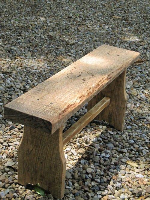 Небольшая деревянная дачная скамейка