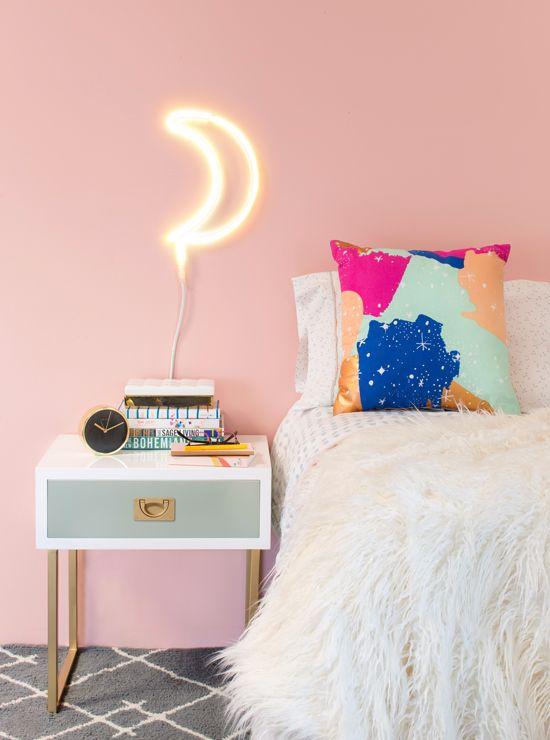 APAIXONADA pelo fio neon  Parede em um tom pastel com decorações simples dá sempre um toque especial e clean para o quarto  / So IN LOVE with the neon moon ✨