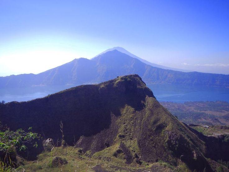 gunung gunung di latar belakang Gunung Batur Pinterest