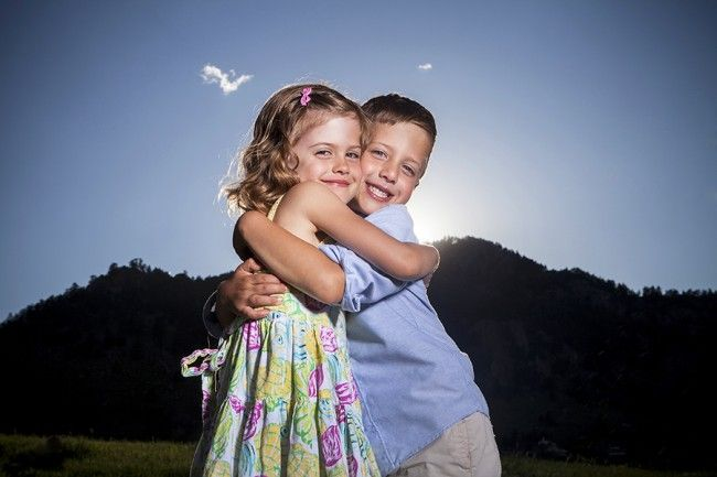 Boulder-Colorado-Family-portrait-photographer-photography-professional-outside-light-smile-pose-candid-chautauqua-park-kids-parents-love-happy-twins-siblings-married-white-spring-nature-casual-girl-boy-parents-sunset-hug-