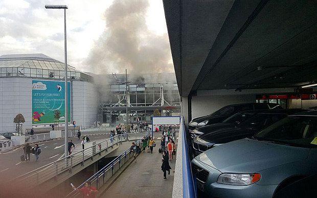 KIBLAT.NET, Jakarta – Tiga buah ledakan mengguncang ibukota Belgia, Brussels, Selasa (22/03). Kantor berita milik pemerintah Belgia, VRT, melaporkan bahwa sedikitnya 13 orang tewas dalam kejadian itu. Dua buah ledakan pertama menghantam bandara Zaventem, Brussels. Kedua ledakan tersebut terjadi sekitarpukul 08.00 waktu setempat. Bandara segera ditutup sesaat setelah kejadian itu. Seluruh penerbangan juga dibatalkan. Semuajalur …