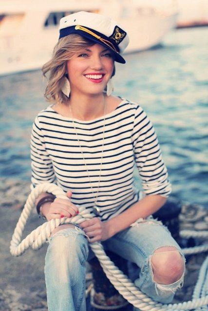 Девушка в матроске, рваных джинсах и моряцкой кепке