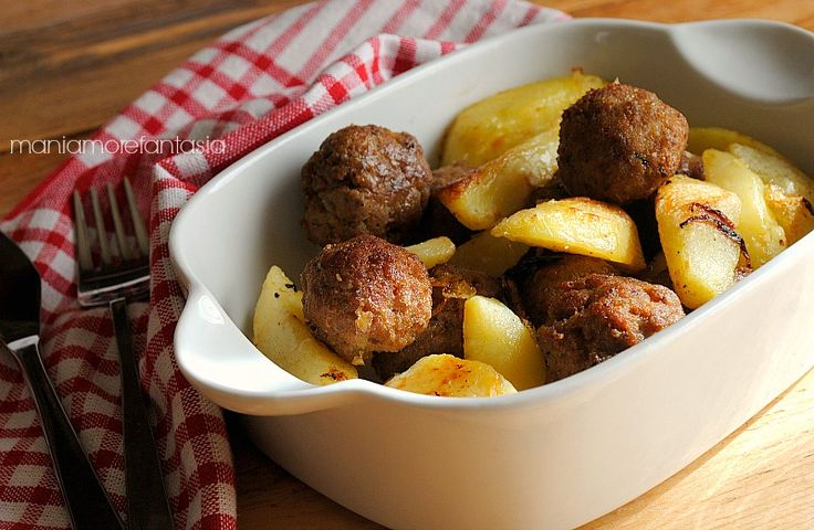 La ricetta delle polpette e patate al forno è molto semplice e costituisce un secondo piatto saporito amato da grandi e piccini. Segnatevi la ricetta.