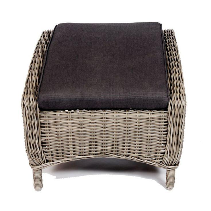 Voetenbank Jules kunt u aan bijna alle stoelen schuiven en is door het zachte polyester kussen heel zacht. Het kussen is tevens afritsbaar en geschikt voor in de wasmachine. De voetenbank zelf bestaat uit een aluminium frame met als zichtbaar materiaal 7mm halfrond wicker. Dit is een hoogwaardig kunststof dat tegen alle weersomstandigheden bestendig is.  #Tuinaccessoires #Tuinideeën #Tuinidee #Tuinmeubelen #Tuinmeubel #Tuinmeubels