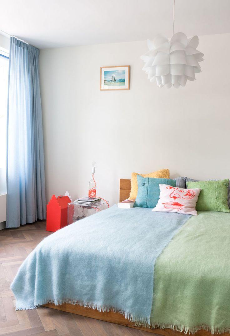 weesp-herenhuis-slaapkamer-blauwgroen-dekbed-plaid-kussen-ikea-lamp