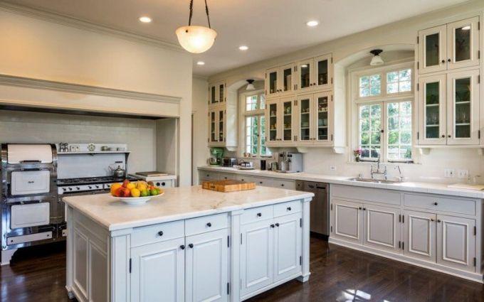 Kuchyně je vybavena vintage nábytkem a mramorovou pracovní deskou