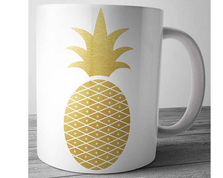 Ananas-Becher, Boho Kaffeetasse, Gold Becher, Hawaii Becher, Ananas Geschenke, tropische Früchte, Gold Ananas, süße Kaffee-Haferl, Kaffee-Liebhaber-Geschenk von JustPhoneCases auf Etsy https://www.etsy.com/de/listing/507984830/ananas-becher-boho-kaffeetasse-gold