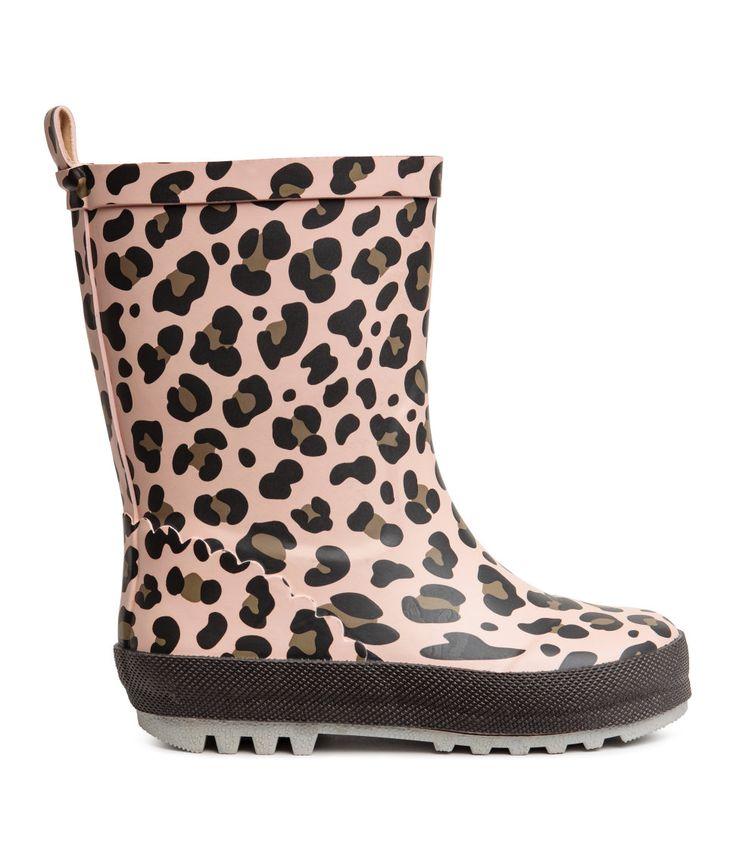 Kolla in det här! Ett par gummistövlar med tryckt leopardmönster. De har hälla bak. Foder och innersula i textil. Grov yttersula i gummi. - Besök hm.com för ännu fler favoriter.