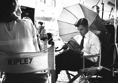 Matt Damon reading on set Talented Mr Ripley - you can too! chill out, you dont HAVE to socialize