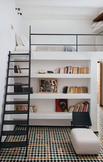 Une échelle de meunier en métal permet d'accéder jusqu'à la mezzanine, c'est un bon compromis pour éviter l'échelle raide sans occuper trop d'espace.