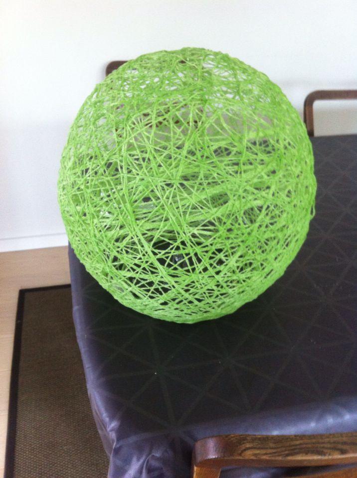 Garn lampe. Man vikler garnet rundt om en ballon og pensler det med lim.