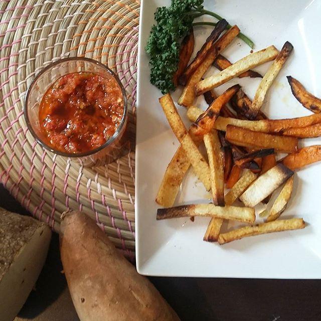 Idée apéro : des frites digname et de patate douce ! Une des recettes que je vous ai proposé dans le cadre de ma [SemaineAThème] #Afrique ✈ sur le blog la cuisine dannemich (lien dans ma bio insta). Et ce sont des frites au four très peu grasses. Vous découvrirez également la recette de ma sauce pimentee  => piments et igname achetés chez @togo_exotique #Paris #RueDejean  #igname #afro #cooking #cuisineafricaine #blog #wordpress #frites #frenchfries #sweetpotato #piment #sauce #africa...