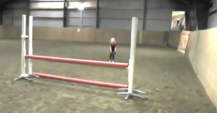Esta niña espera delante de un gran obstáculo. Segundos después su padre filma algo increíble #viral