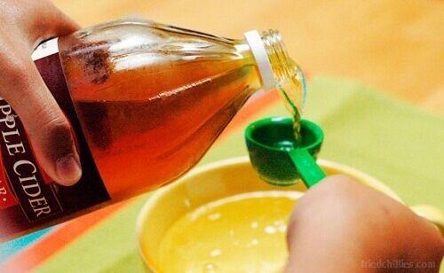Jeg er sikker på at du har en flaske med eplesidereddik hjemme som du bruker til matlaging. Hvorfor ikke prøve noen av skjønnhets- og helsefordelene?