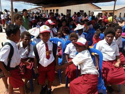 """HarianPapua - Pemerintah Kota (Pemkot) Jayapura kembali memberikan bantuan untuk siswa/siswi asli Port Numbay yang merupakan orang asli Jayapura. Kali ini bantuan yang diberikan dalam bentuk penyediaan perlengkapan sekolah. Ada sekitar 14 kampung di Jayapura, yang mana anak-anak asli Jayapura di tiap kampungnya menerima bantuan yang diberikan pemkot lewat Dinas Pendidikan. """"Ada pun seragam yang kita berikan celana pendek merah putih sebanyak 425 potong, rok merah putih 425 potong, kemejanya…"""