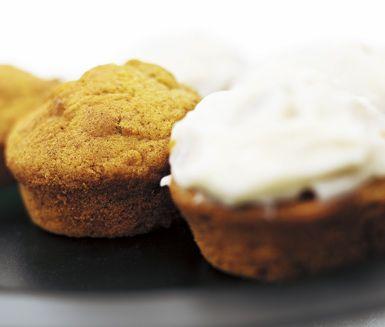 Saftiga och goda morotsmuffins med philadelphia-glasyr passar lika bra till kalaset som till kaffet. Grädda muffinssmeten i ugn och låt sedan de vackra bakverken svalna lite före du garnerar dem med den lena och syrliga glasyren.