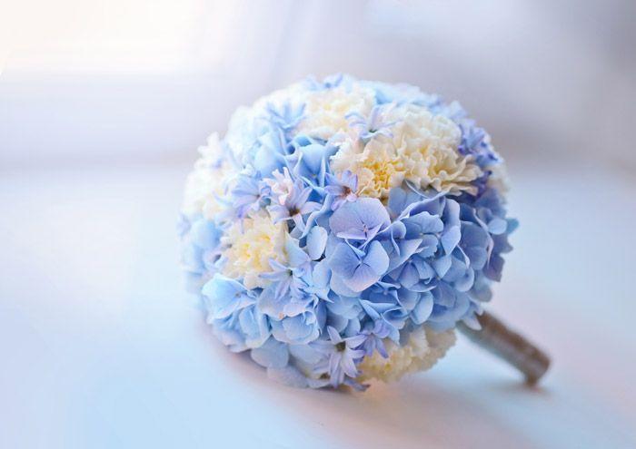 Mooie vorm bruidsboeket! Mooie lichtblauwe hortensia, alleen zou ik de witte anjers vervangen door wit gipskruid en eventueel nog een paar andere pastelkleurige roosjes erin