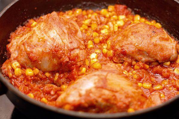 Цыпленок по-мексикански - Kurkuma project (Проект Куркума) Мексиканская кухня отличается от европейской обилием бобовых в рецептуре. В этот раз мы будем готовить курицу по-мексикански с болгарским перцем, кукурузой и сыром. Рецепт прост в приготовлении, а благодаря тому, что все ингредиенты готовятся в духовке – полезный. Ну и конечно очень вкусный!
