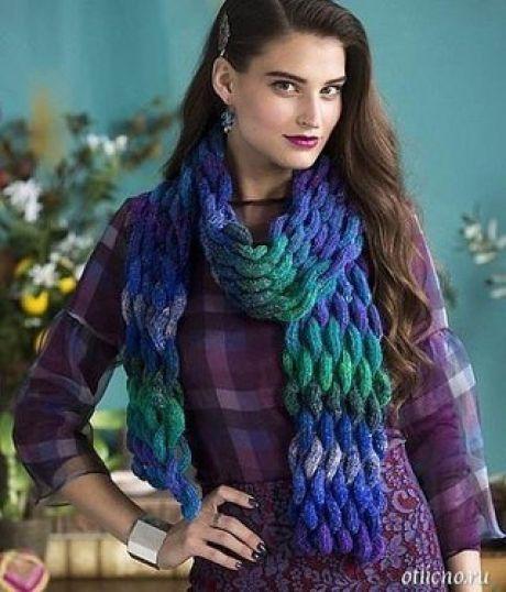 Красивый объемный «плетеный» шарф    Этот красивый шарф из меланжевой пряжи, вязаный спицами витым, как бы плетеным узором, станет украшением вашего осенне-зимнего гардероба и источником положительных эмоций.    Размер 177,5 х 15 см    Для вязания шарфа вам потребуется 3 мотка пряжи Noro Silk Garden Sock (40% lambswool, 25% silk, 25% nylon, 10% mohair; 300 м100 г); спицы 4 мм.    Описание вязания шарфа  Плотность вязания 33 петли и 16 рядов = 10 см витым узором.  Витой объемный узор...
