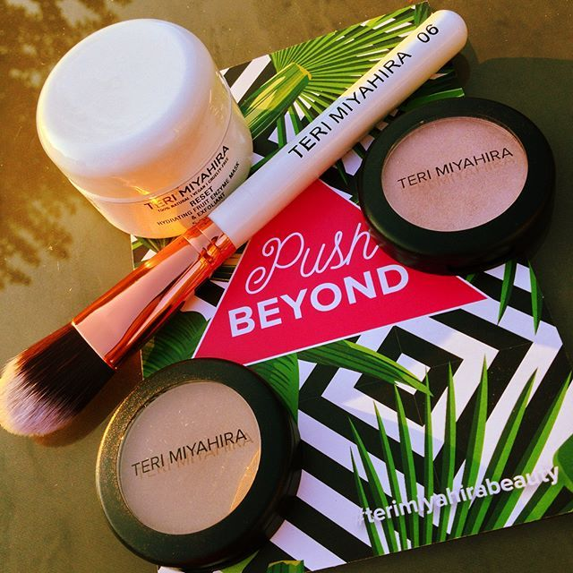 """Woot, woot! My #terimiyahirabeauty box for this month was waiting for me when I got home & it did not disappoint: 4 full-sized products this month! 🙏 . We got: 🌴Reset Hydrating Fruit Enzyme Mask & Exfoliant 🌴Vegan Rose Gold Face Artist Brush 🌴Powder Bronzer in """"Explore"""" 🌴Powder Illuminator in """"Seek"""" Total value: $127 !!! Amazing!!! . I'm super excited to use this new face mask & it came just when my skin was acting up as if Teri somehow knew 😂 I've also been really wanting a brush for…"""