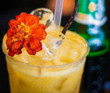 En riktigt mumsig alkoholfri sommardrink med tropisk smak av mango. Drinken smaksätts med hemlagad vaniljlag, mango, äppeljuice, citron och ingefära. Bubblorna står den alkoholfria ölen för. Mums!