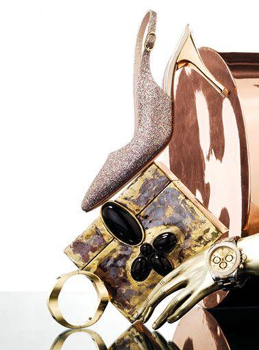 Escarpines de glitter con taco metálico, $ 2.500, Comme Il Faut. Petaca  con apliques de piedra, Pérez Sanz. Brazalete de oro y reloj Rolex de oro y brillantes, Joyería Homero. Apoyalibros, George Home Couture. Florero cilíndrico de cobre, George Home Couture. Foto de Lucas Kirby
