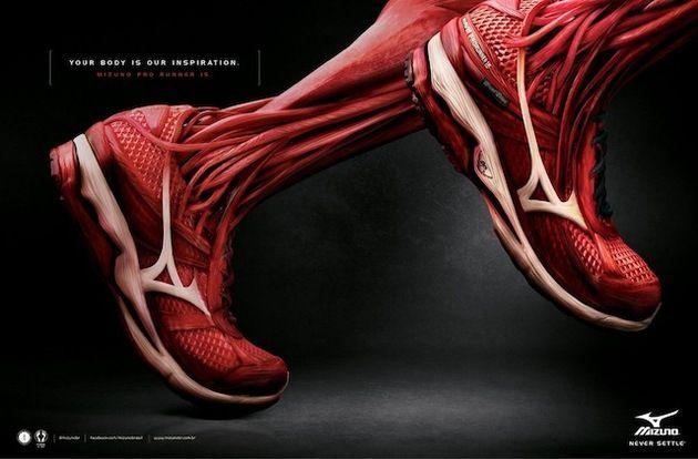 筋肉と一体化したミズノのスポーツシューズ広告 | Fashionsnap.com