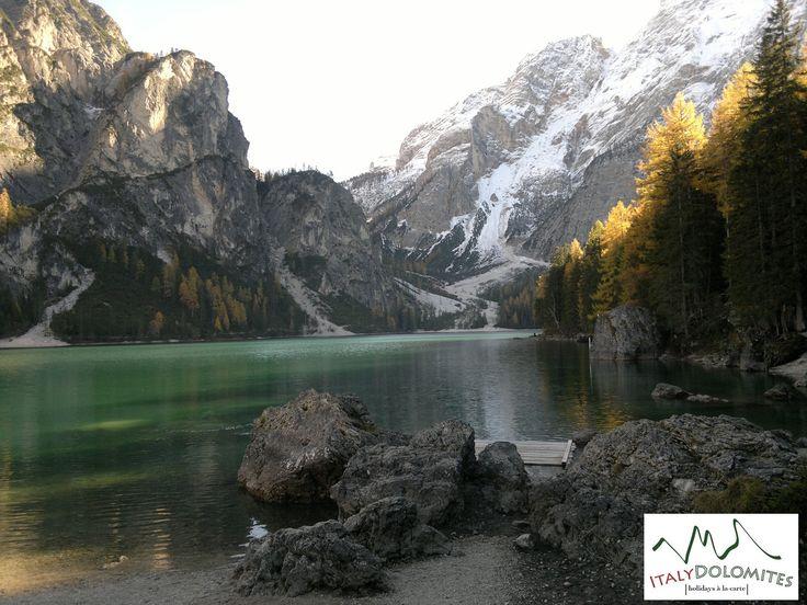22/10/2015 com turistas ingleses: a magia do Lago de Braies no outono.  #dolomitas #Italia #roteiros #pacotes #férias #viajar