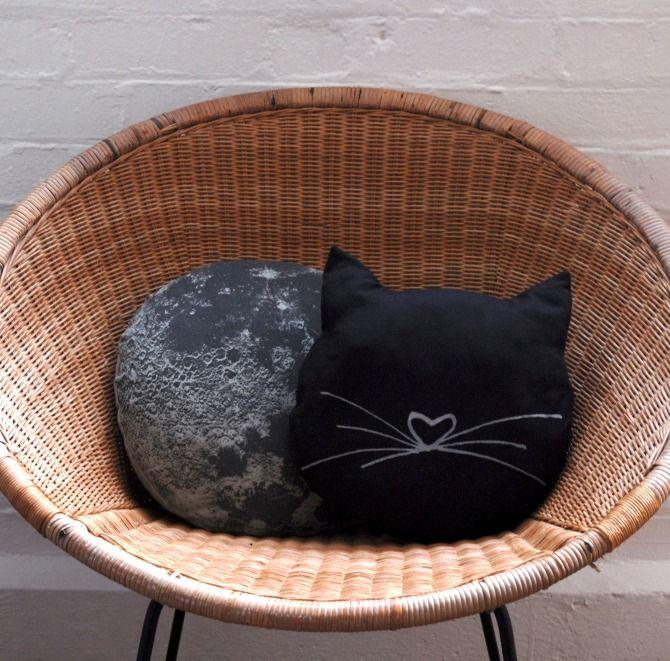 COUSSIN CHAT. . . . . El otro es un estampado de los crateres de la luna. . . .   Je, jeeee, no confundir coussin con cousin :-)
