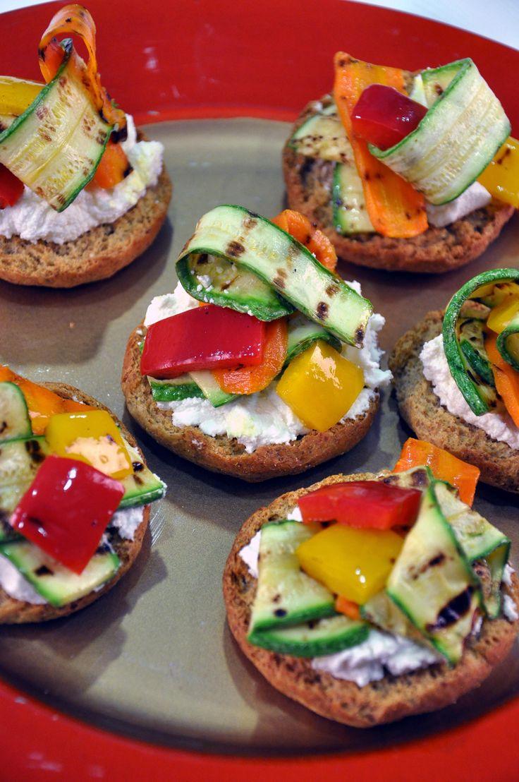 Στρογγυλά Παξιμάδια ΜΕΣΟΓΕΙΟΣ ΓΕΥΣΗ με ψητά λαχανικά και ξινομυζήθρα