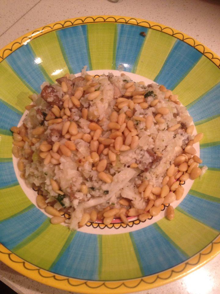 Bloemkoolrisotto met pijnboompitten, spitskool en kastanje champignons #paleo #vegetarisch