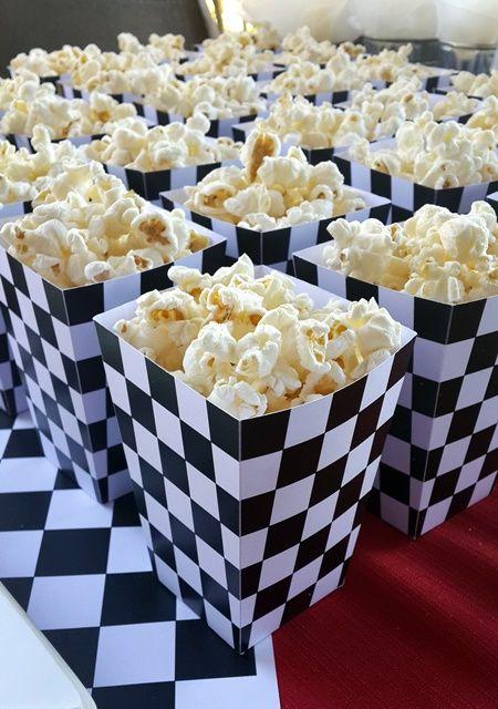 Palomitas de maíz para fiesta de autos de carreras.