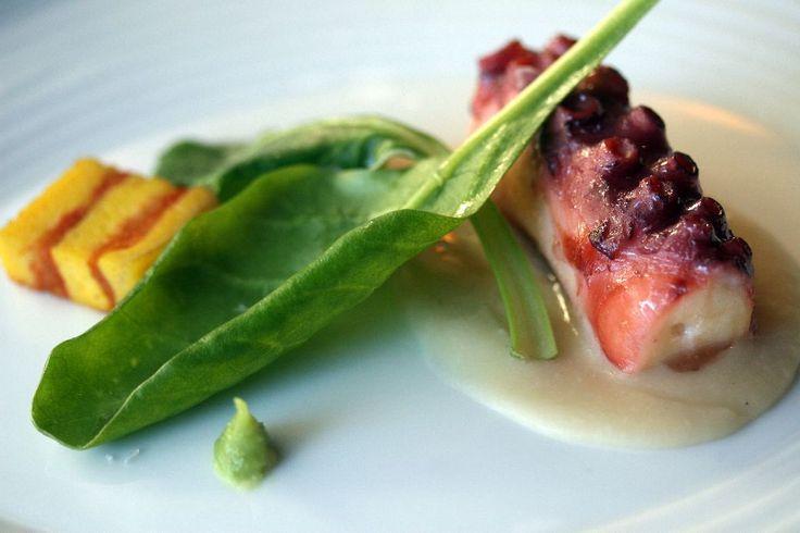 Il tentacolo di polpo su crema di fagioli bianchi, foglie di barbabietola aromatizzate con l'acqua di cottura del polpo e aceto. Tortino di pane, con pomodoro cotto e una punta di pasta di wasabi