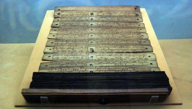 Naskah kuno yang terbuat dari daun lontar berbahasa Jawa kuno dan huruf cacarakan tentang Nabi Yusuf di pamerkan dan
