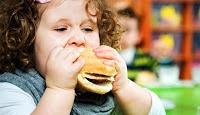 KESEHATAN,korantangsel.com- Jika si kecil Anda dipuji orang karena gemuk dan lucu, sebaiknya jangan berbangga hati. Buanglah anggapan anak gemuk itu lucu dan sehat, karena bila ini dibiarkan makan akan banyak ancaman penyakit menyerang anak, salah satunya adalah penyakit hipertensi.