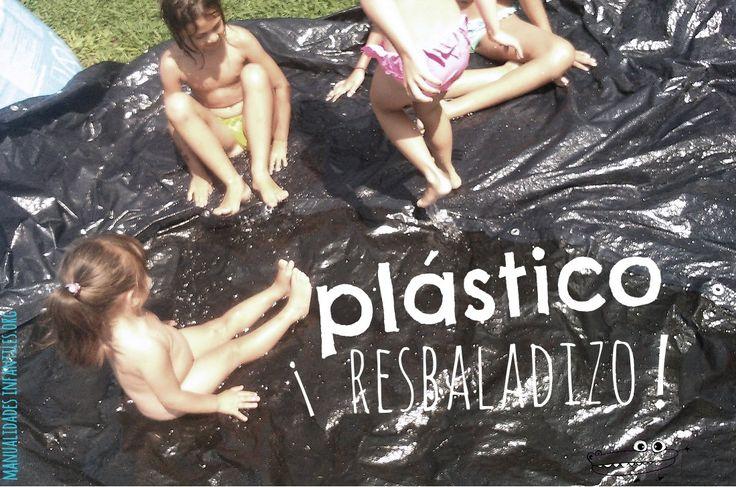 Plástico resbaladizo  en #ActividadesInfantiles para el #Veranoconbebes