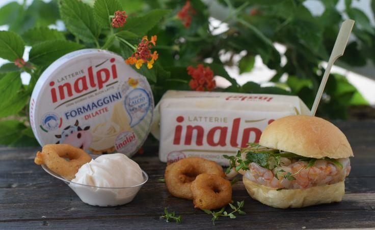 tartare di gambero rosso seppia agli agrumi con anelli di cipolla fritti e mousse di yogurt e fomaggino