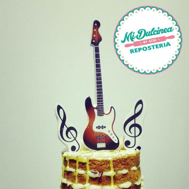 Torta de caramelo, crema pastelera de vainilla, arequipe y ganache de  chocolate. Decoración temática personalizada guitarra eléctrica.