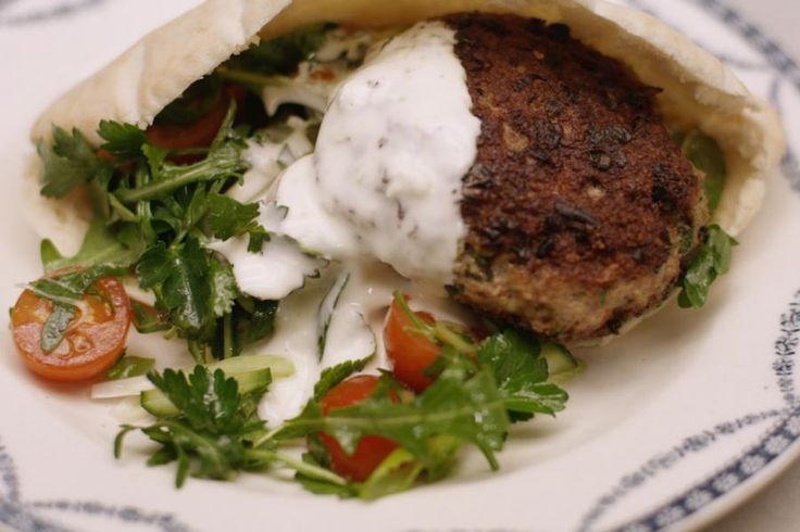 Maak zelf heerlijke rosé-gebakken hamburgers van lamsgehakt met een upgrade van smaken, schuif ze in een warm pitabroodje met een kruidige salade en serveer er een looksaus 'van het huis' bij. Of het een snack, lunch of hoofdgerecht is, dat kies je gewoon zelf!