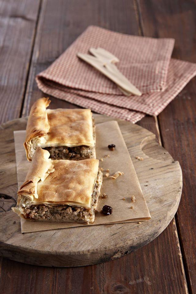 Μια χορταστική πίτα με τραγανό φύλλο και γέμιση γεμάτη αρώματα