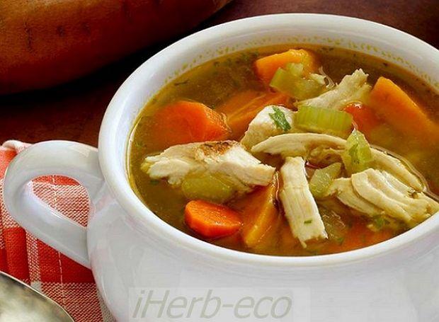 Легкий куриный супчик  Легкий куриный супчик Нежный, ароматный, скорый в приготовлении и малокалорийный куриный супчик - идеальный вариант зимнего обеда для всей семьи.   Ингредиенты 1 филе куриной грудки 1 луковица 1 картофелина (лучше батат) 1 морковь 1 пучок зелени 2 шт. свежих помидора 1 сладкий перец 5-6 стеблей сельдерея (при желании замените на капусту) соль по вкусу перец по вкусу