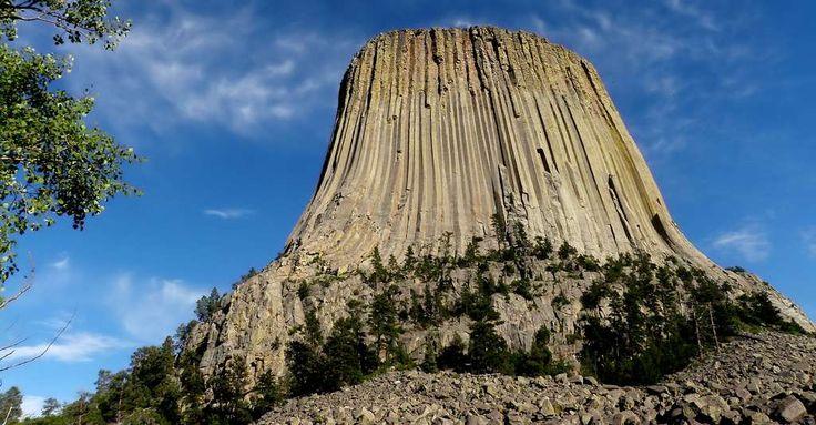 La Devils Tower, ou « Tour du Diable », est un monolithe situé à proximité des villes de Hullett et de Sundance, dans le Nord-Est du Wyoming, aux États-Unis.© loonyhiker CC BY-NC 2.0