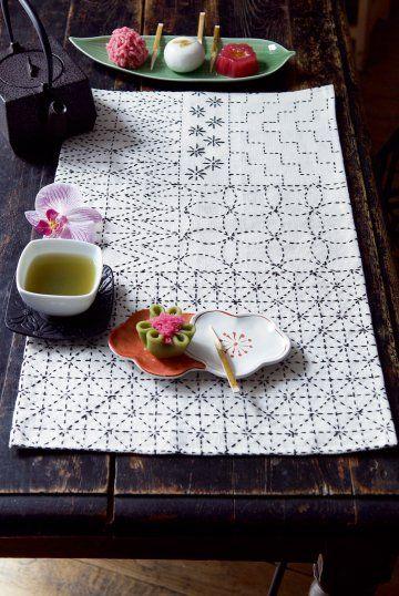 Inventez une ambiance zen dans votre intérieur, en vous essayant à la broderie japonaise sur votre linge de maison… avec ce set de table de Marie Claire Idées .com