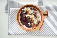Een lekkere ontbijt-tip zonder die bekende havermout: maak deze overheerlijke warme kom ontbijt met zwarte rijst, kokosmelk en bosbessenjam. Overheerlijk!
