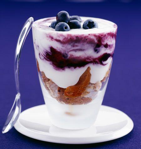 Desayunos saludables.  Yogur con frutas y cereales.